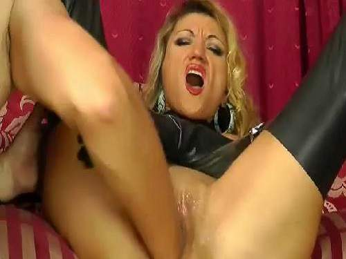 Amateur blonde gets fisted and feel great orgasm