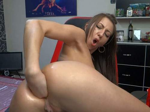 Closeup – Webcam cute girl try fully fist penetration in her anus
