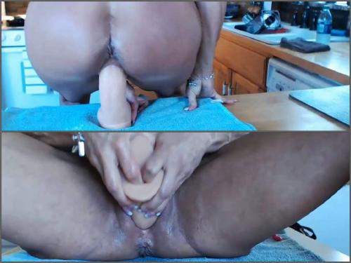 Dildo porn – Big clit MILF musclemama4u rides on a dildo and try fist