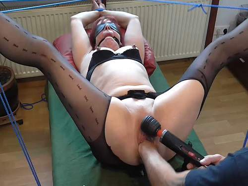 Squirt – Bondage old wife gets fisted and squirt during dildo anal sex