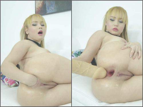 Big Tits – Colombian blonde Natasha Teen self fisted her gaping anal