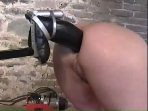 Gaping anal – Fuckmachine with colossal size strapon anal amateur