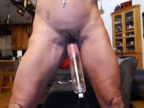 Close up – Musclemama4u vaginal pump and show big hairy labia and clit