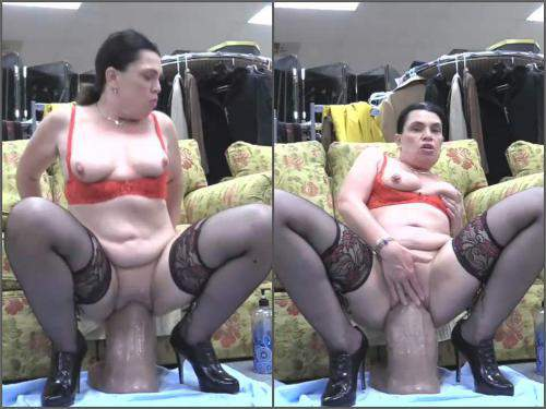 Huge dildo – HOTTABBYCAT tabby fucks the golieth dildo in pussy prolapse