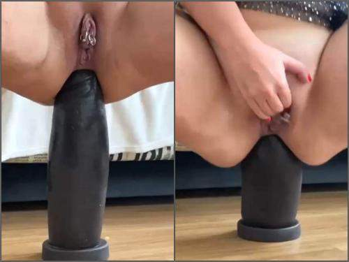 Piercing labia – WIfe with piercing labia gets big black dildo in rosebutt