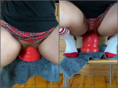 Dildo riding – Wife peeing after rides on a shocking red dildo
