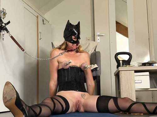 Pump – Rubber catgirl Spiel_Maschinerie rough nipples and clit pump