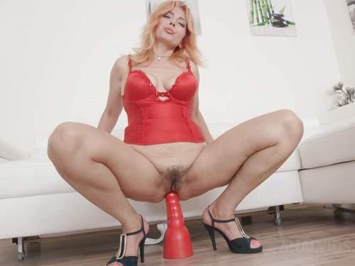 Gape ass – Big ass blonde Karolina Angels huge red plug anal rides