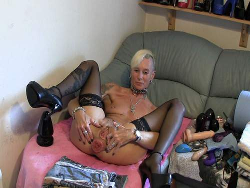 Closeup – Colossal plug rides perverse tattooed mature webcam