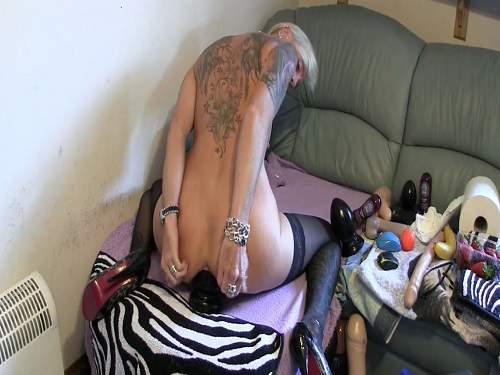 Gape ass – Amateur kinky mature monster size plug riding rosebutt ass