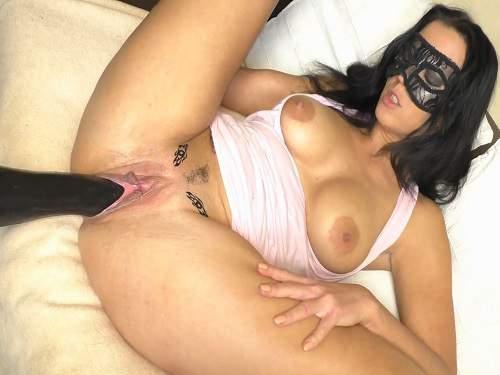 Tattooed – Masked brunette enjoy fucking machine penetration to squirting orgasm